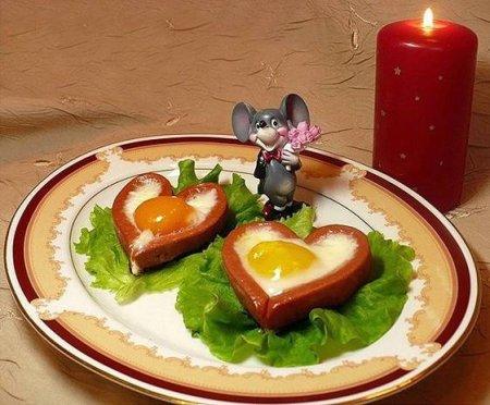 Готовим яичницу с сосисками ко Дню Святого Валентина